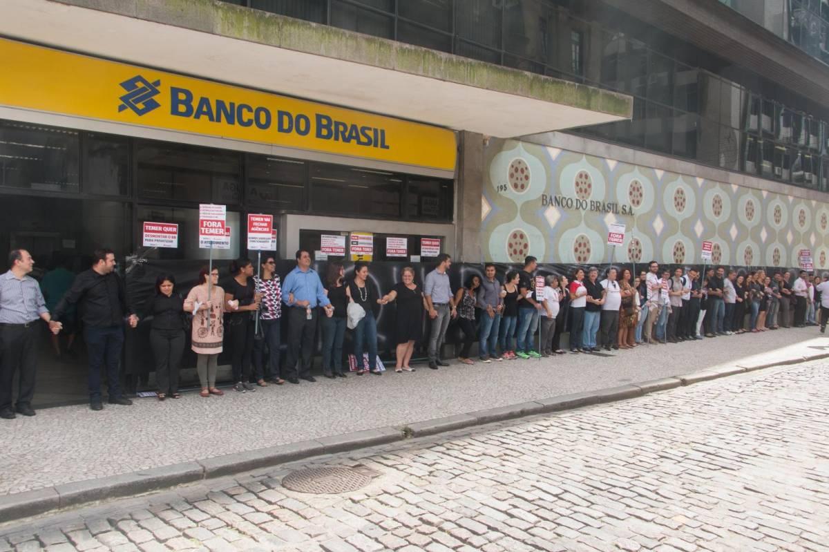Bancários cobram garantias durante reestruturação