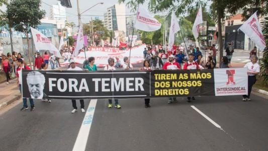 Frente Povo Sem Medo protesta em frente à casa do ilegítimo Temer