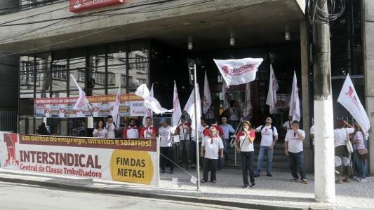 Bancários de Santos e região protestam contra assédio no Santander