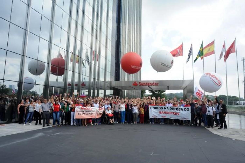 Bancários fazem protesto na Torre do Santander