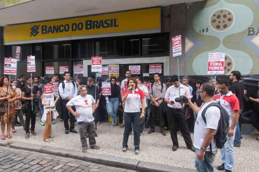 [Banco do Brasil transfere arbitrariamente funcionários sem comunicar]