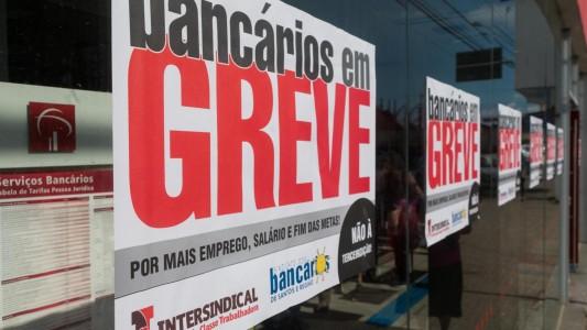 HSBC é condenado a indenizar bancário por exigir trabalho durante greve
