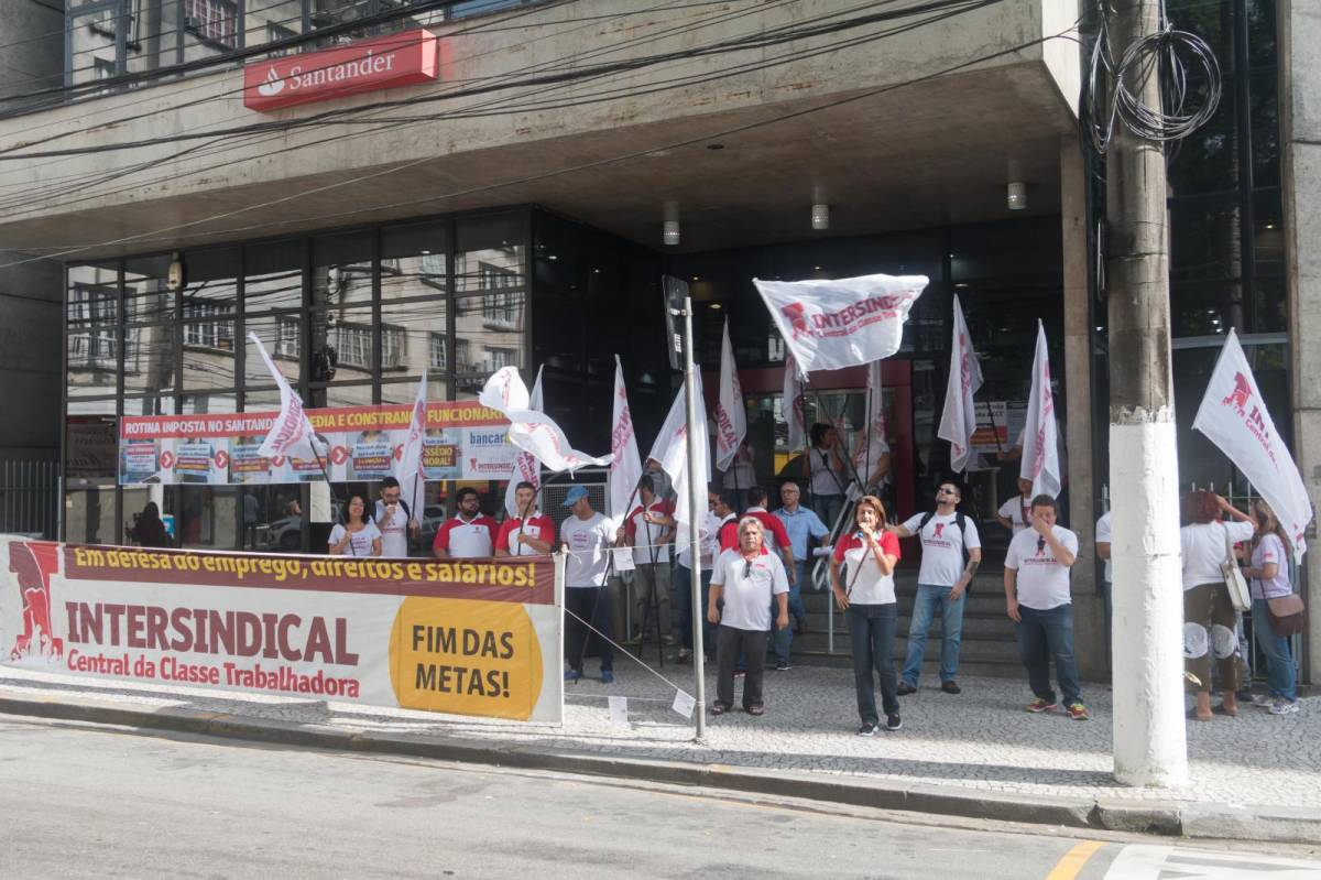 Santander obriga bancários a buscar novos clientes fora do expediente
