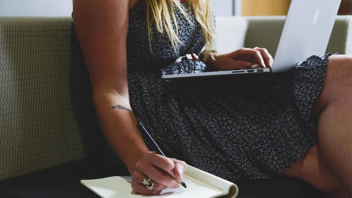 Mulheres trabalham 7,5 horas a mais que homens devido à dupla jornada