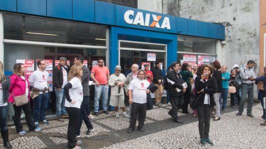 Bancários da Caixa cobram devolução do desconto da Greve
