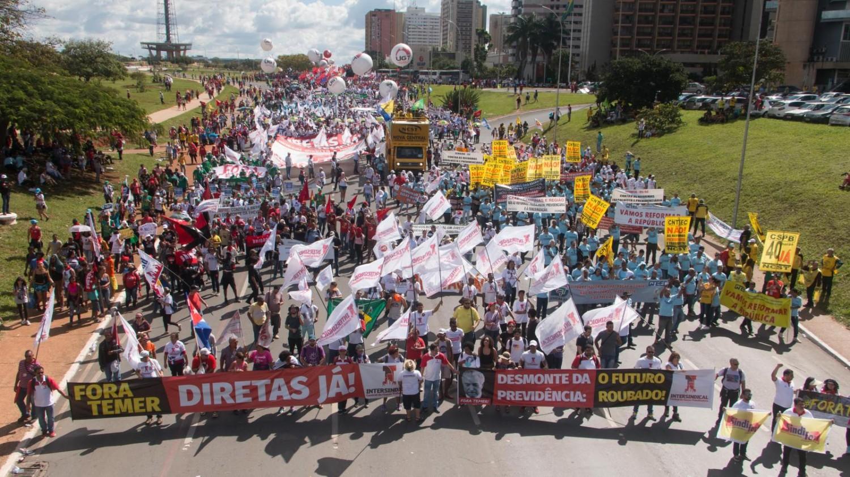 """CCJ do Senado aprova """"PEC das Diretas"""""""