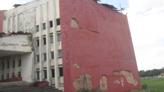 Agência do Santander funciona em prédio abandonado