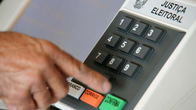 Bancária demitida antes de eleições municipais tem direito a estabilidade