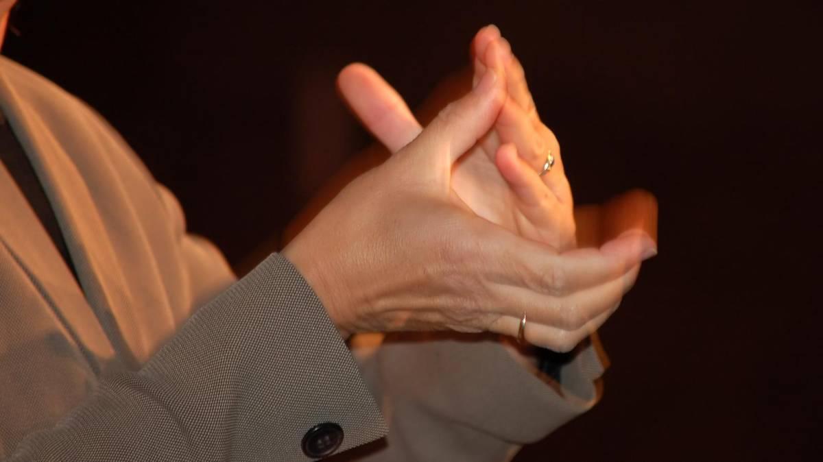 Santander é condenado a indenizar bancária com deficiência auditiva