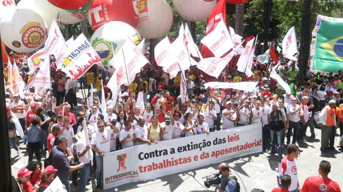Protesto contra reformas reúne 20 mil na Sé