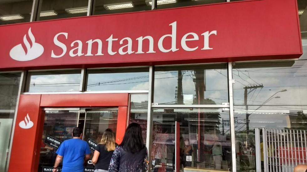[Santander imita ficção e solta fumaça preta dentro de agência]