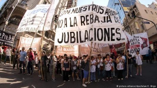 Argentinos fazem barulho contra reforma da previdência e barram votação