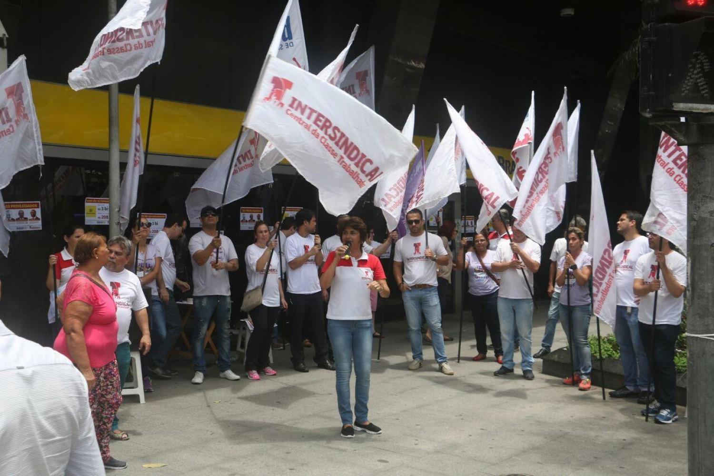 Bancários paralisam agências em Santos contra a Reforma da Previdência