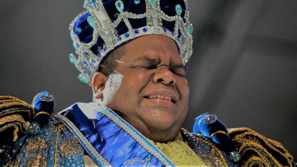 [Santander humilha e demite até o Rei Momo]