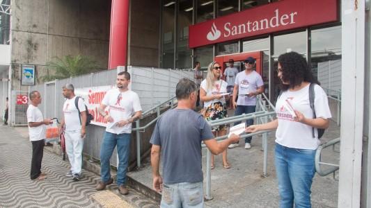 Bancários realizaram protesto no Santander São Vicente