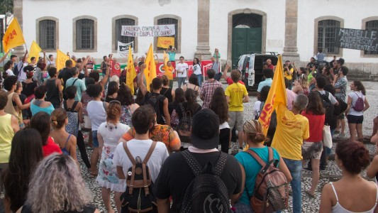 Não nos calarão! Ato em Santos reúne centenas contra execução de Marielle