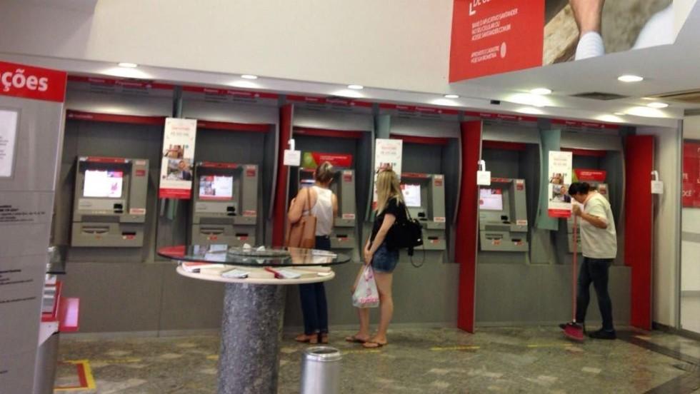 [Santander é concessão pública, mas discrimina usuários!]