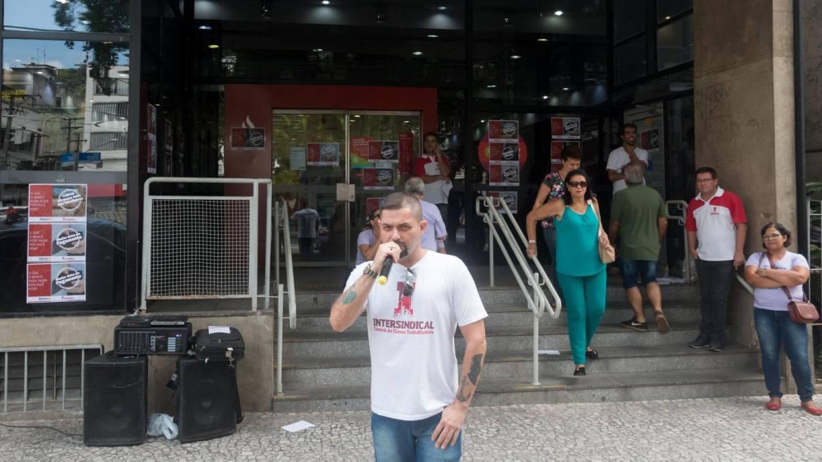 Ato em Santos contra abusos do Santander