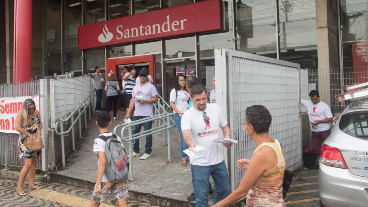 Ato em São Vicente contra abusos do Santander
