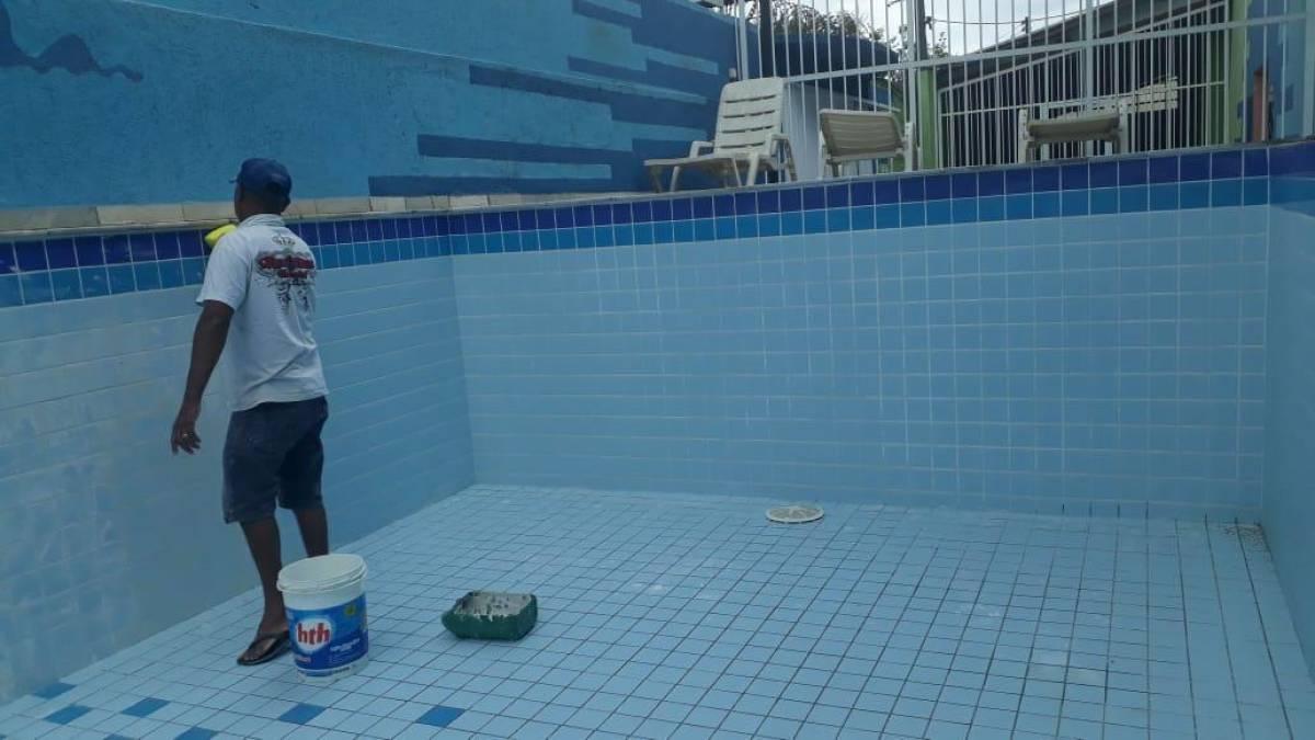 Piscina do Complexo Esportivo em manutenção para o Verão