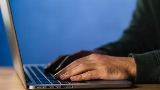 Monitoramento não autorizado de conta viola privacidade de bancário