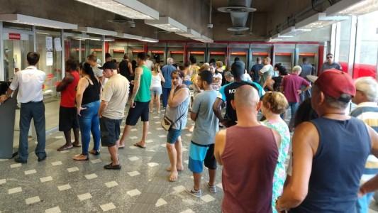 Santander quer extinguir cargos e colocar clientes pra fora das agências