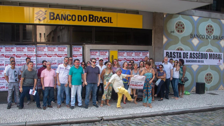 Bancários fecham escritório do BB contra palhaçada dos descomissionamentos