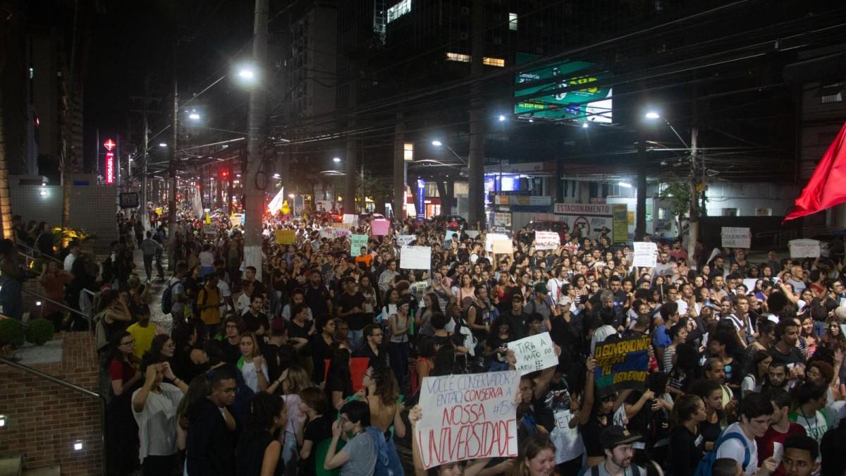 Cerca de 15 mil marcham pela Educação rumo à Greve Geral em Santos/SP