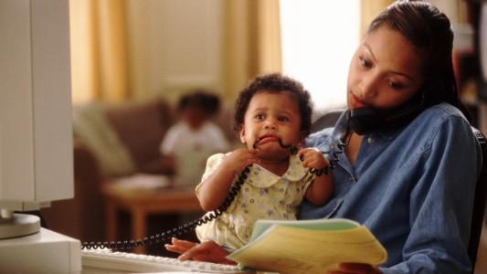 Metade das mulheres grávidas são demitidas na volta da licença-maternidade