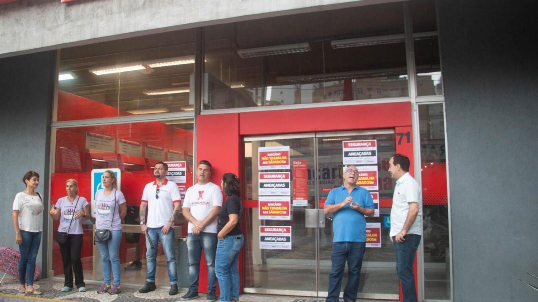 Sindicato pressiona e Santander recoloca portas giratórias