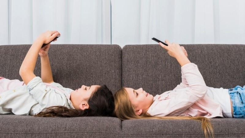 Tempo de exposição às telas põe em risco saúde de crianças e jovens