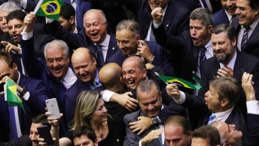 Reforma é aprovada em 1º turno para implodir aposentadoria do bancário