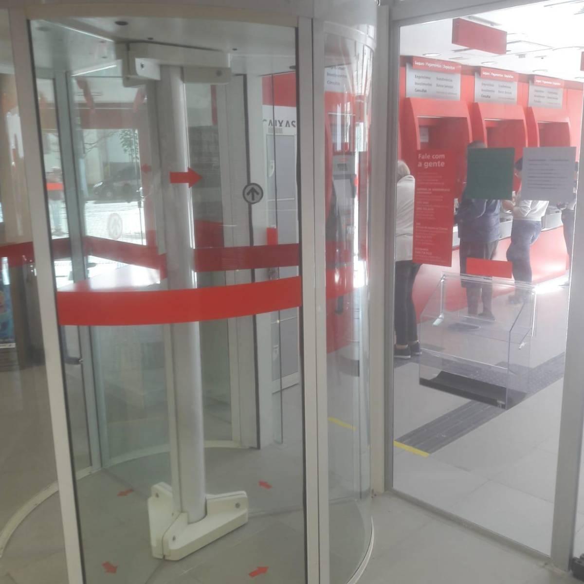 Santander: portas giratórias são reinstaladas no Guarujá