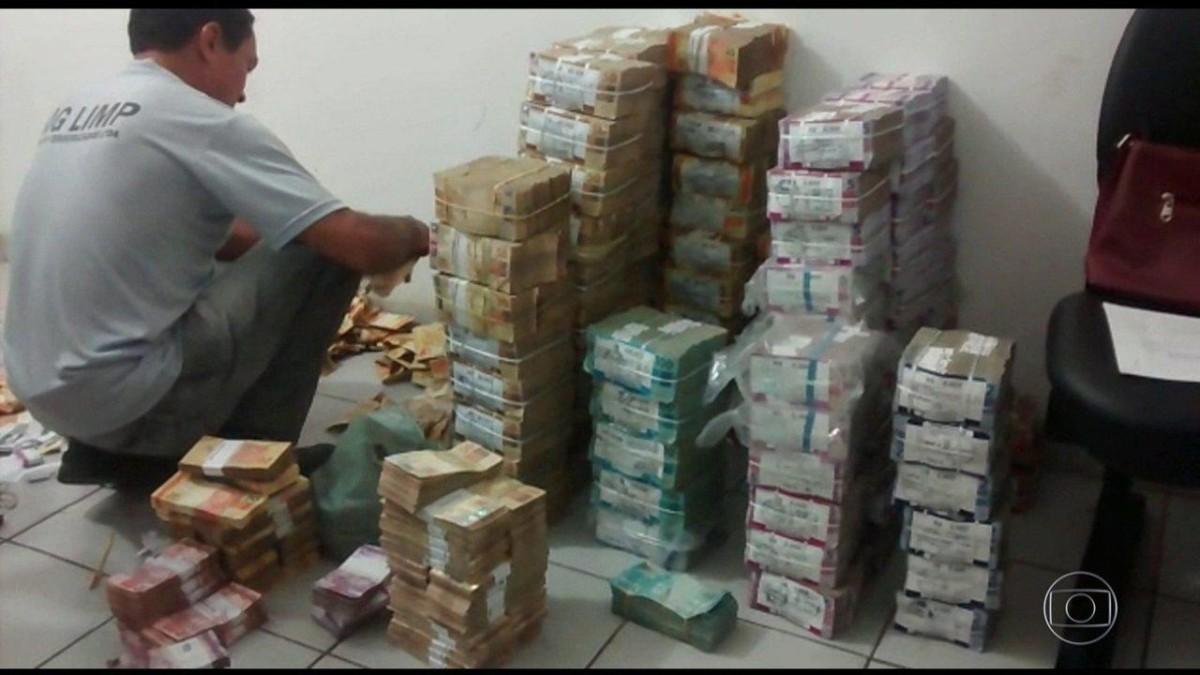 Sindicato luta e reinstala porta giratória no Santander de Santos e Guarujá