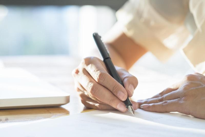 Banco indenizará mulher vítima de fraude por assinatura falsa
