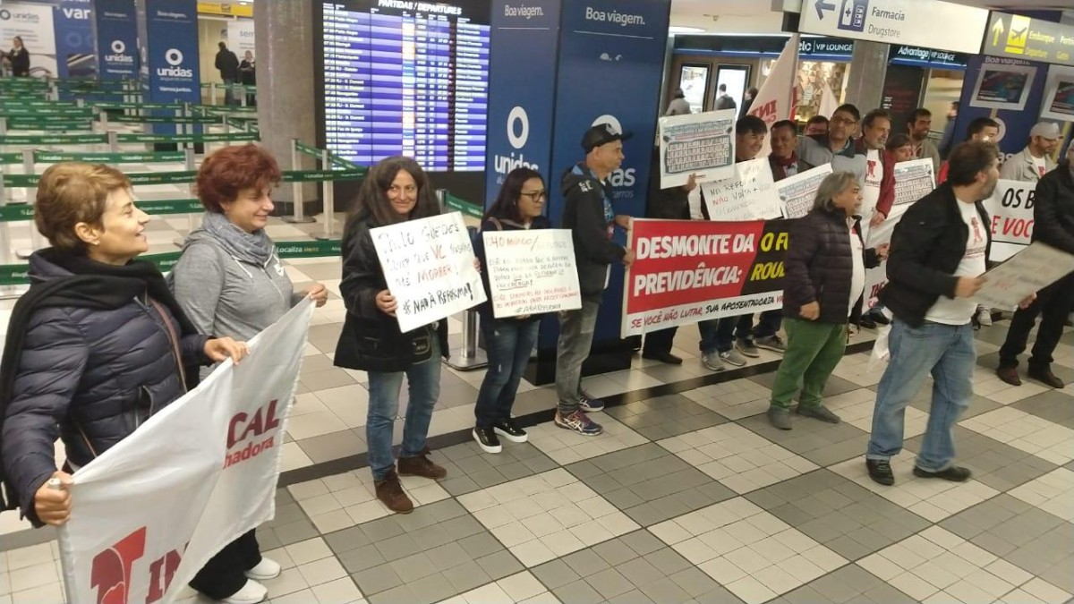 Intersindical e bancários pressionam deputados no aeroporto de Congonhas