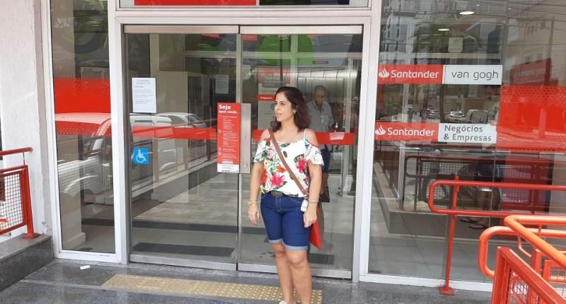 Falta d'água faz Sindicato fechar agência do Santander em Santos