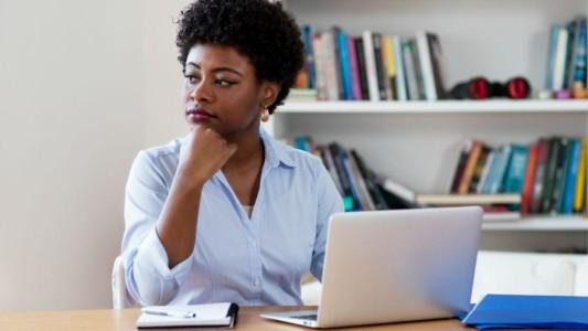 Mulher negra trabalha o dobro do tempo para obter salário de homem branco