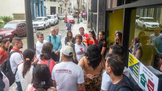Bancários paralisam BB em Santos contra a redução das gratificações
