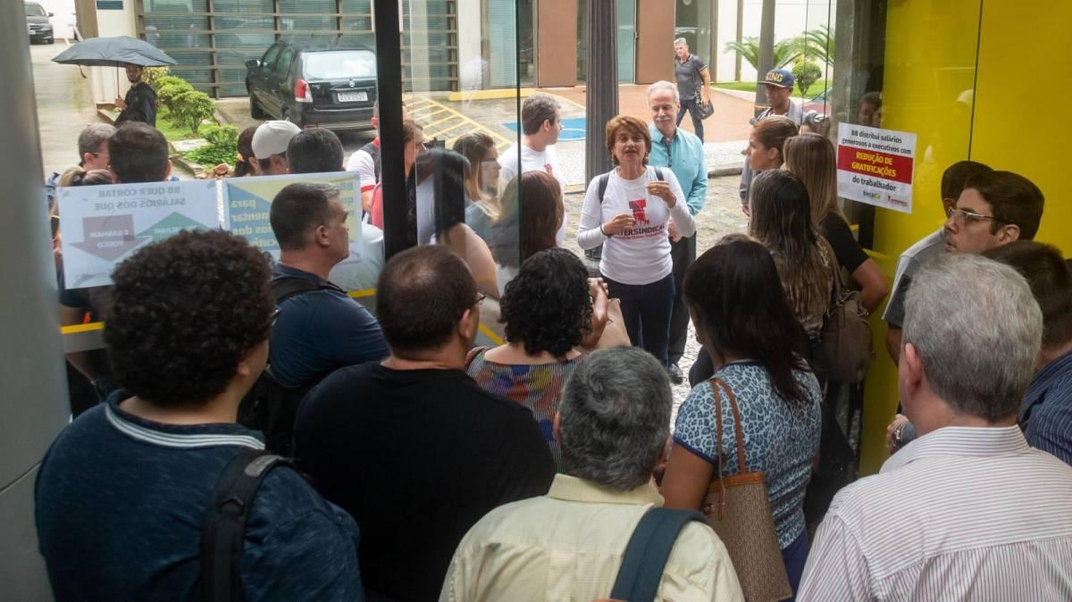 Bancários paralisam prédio do BB no centro de Santos!