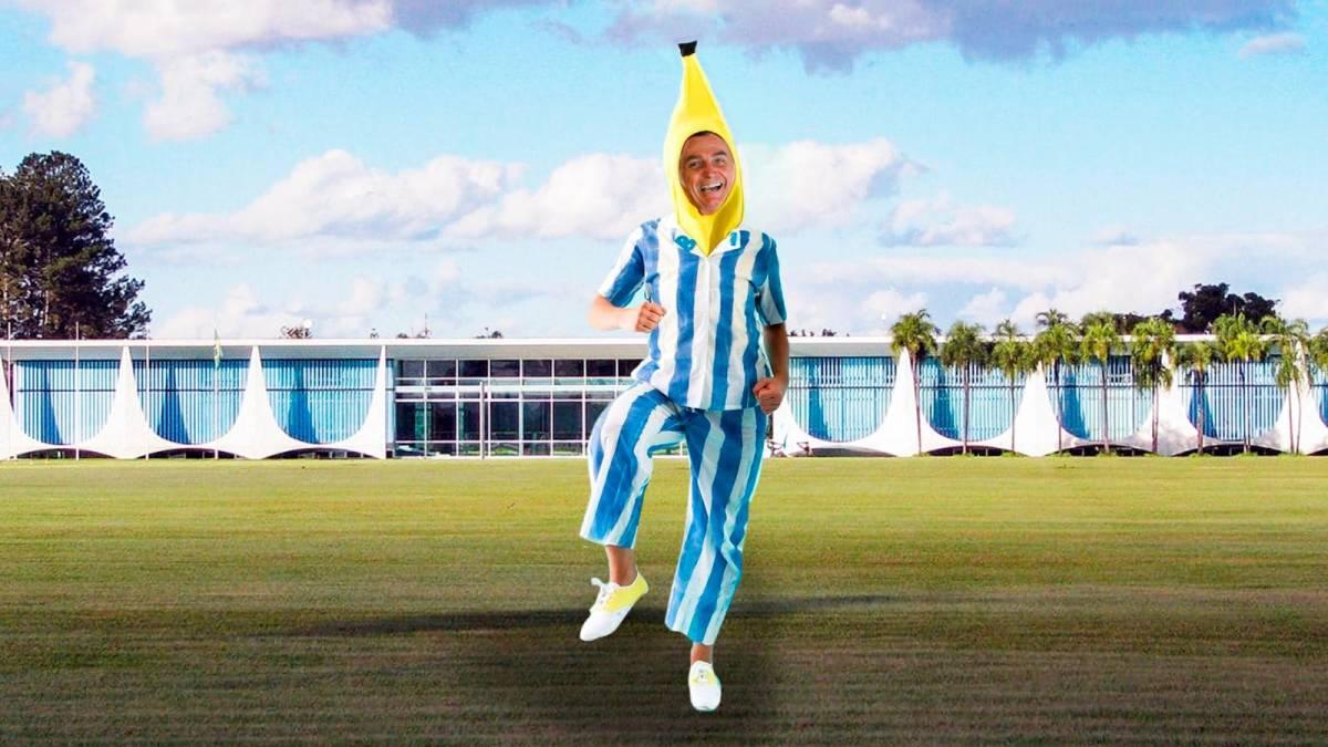 Bolsonaro faz piada com PIB e coloca humorista para entregar bananas para jornalistas