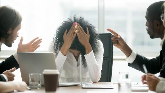 Mais de 43% das mulheres sofrem assédio moral nas empresas