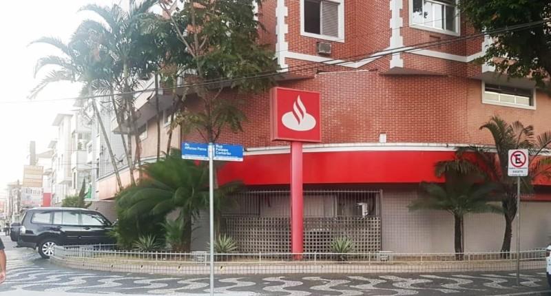 Novo caso de Covid-19 faz Santander ter outra agência fechada em Santos