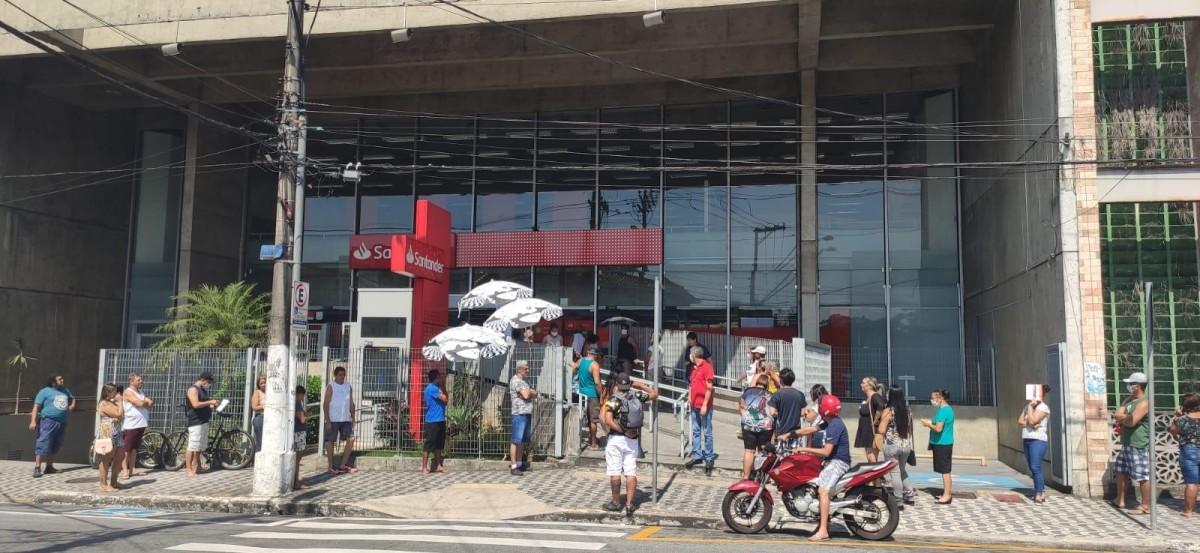Santander vai submeter funcionário a teste e possível volta ao trabalho
