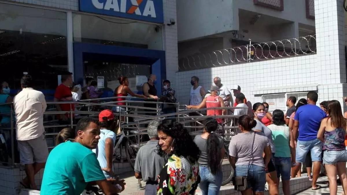 Bancários e clientes da Caixa sofrem por erros do governo no auxílio emergencial