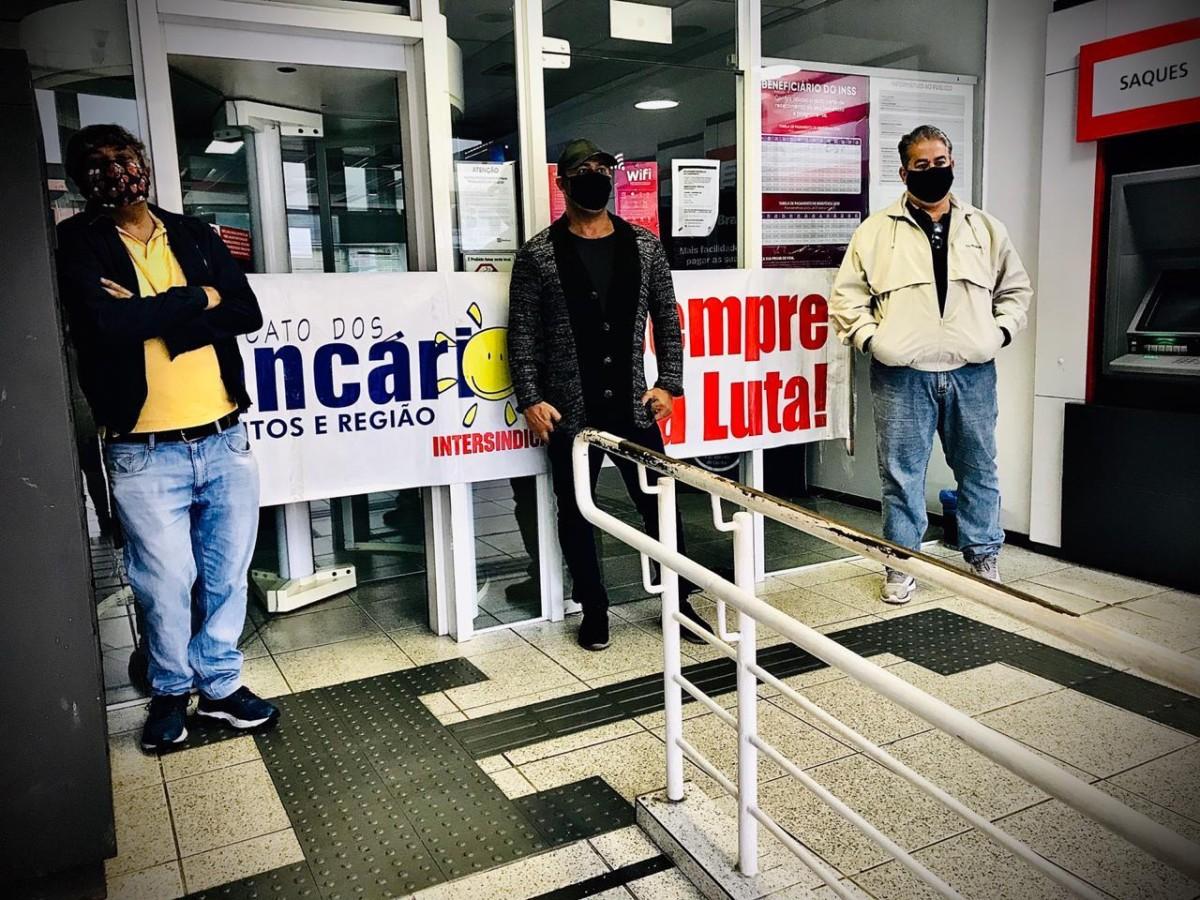 Bradesco retira vigilantes, portas e expõe bancários e clientes à violência