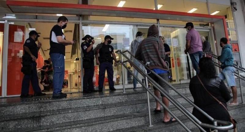 Fiscalização aponta irregularidades em bancos do Centro de Santos