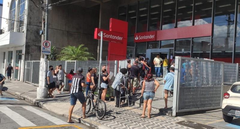 Santander aglomera clientes em São Vicente/SP