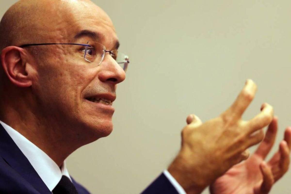 Santander questiona bancário para reduzir salário e benefício