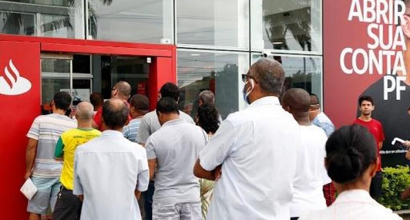 Santander passa rolo compressor e demite em massa na Baixada